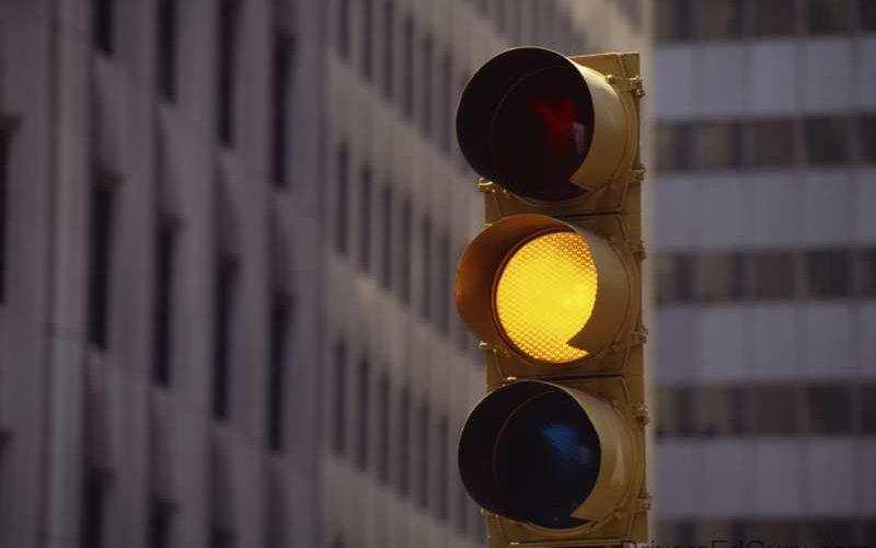 عبور از چراغ زرد ممنوع است
