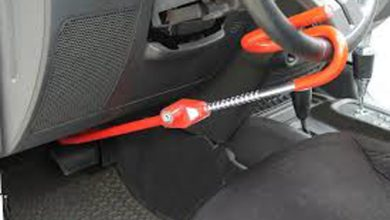 قفل فرمان ابزار مفیدی برای پیشگیری از سرقت خودرو محسوب می شود اما طریقه بستن قفل فرمان کمی مشکل است. حتی اگر شخصی موفق به بازکردن درب خودرو شود، در صورت استفاده صحیح از قفل فرمان و پدال بازهم موفق به رانندگی با خودرو و درنتیجه سرقت آن نخواهد شد.